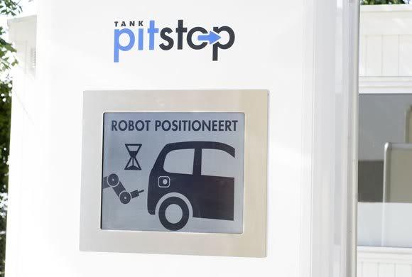 carro abastecido por frentista robô